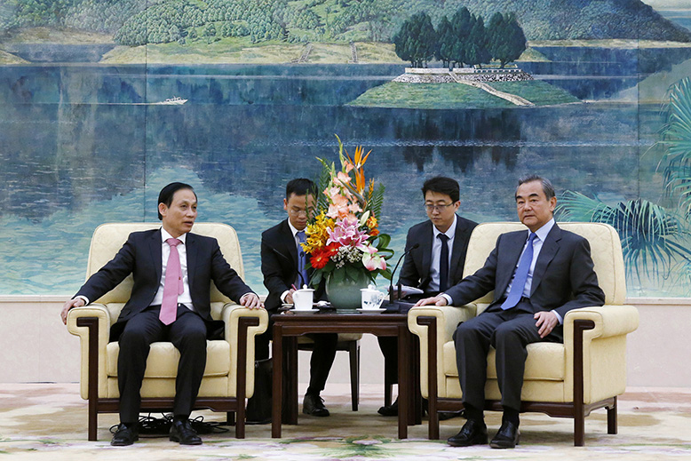 Last November, Vietnam's Deputy Foreign Minister Le Hoai Trung, left, visited Beijing. Photo: Florence Lo/AP/TT